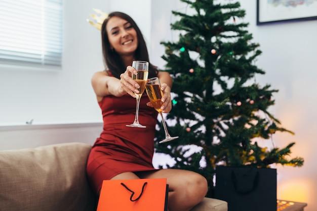 Jovem mulher em casa nas férias de inverno. natal e ano novo