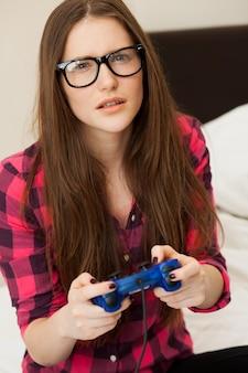 Jovem mulher em casual jogando videogame
