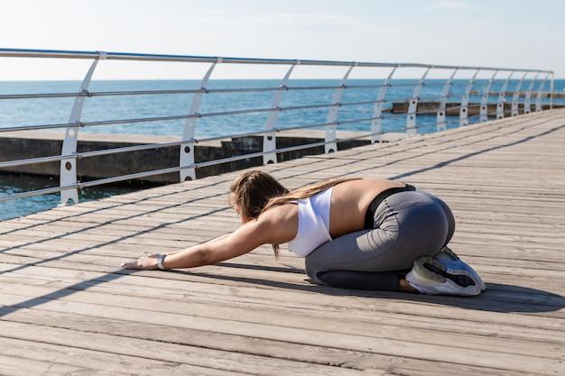 Jovem mulher em pose de ioga relaxante.