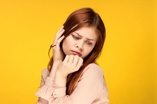 Jovem mulher em um espaço amarelo brilhante posando, emoções diferentes, mock up