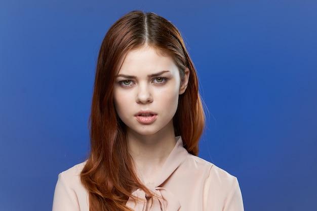 Jovem mulher em um espaço azul brilhante, posando, emoções diferentes, maquete