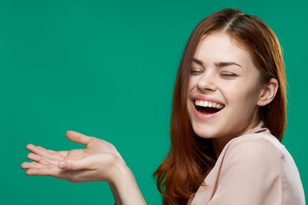 Jovem mulher em um espaço verde posando, emoções diferentes, mock up