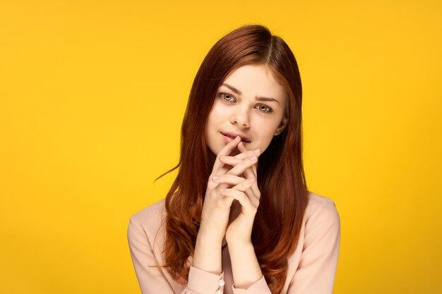 Jovem mulher em um fundo amarelo brilhante, posando, emoções diferentes, mock up
