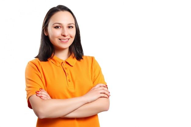 Jovem mulher em uma camisa polo laranja