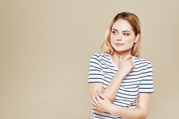 Jovem mulher em uma camiseta, modelo bonito, emoções diferentes
