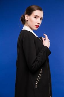 Jovem mulher em uma jaqueta preta e blusa branca
