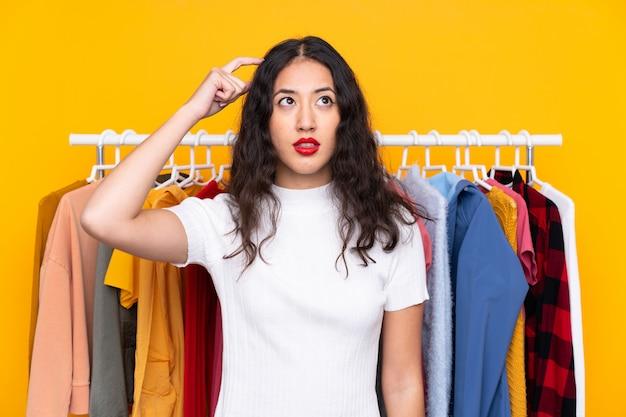 Jovem mulher em uma loja de roupas
