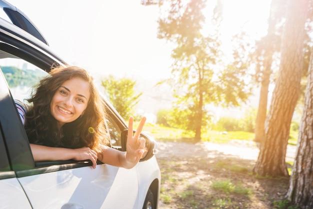 Jovem mulher em uma viagem de carro