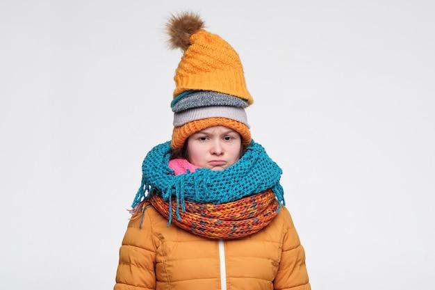 Jovem mulher em vários chapéus e lenços