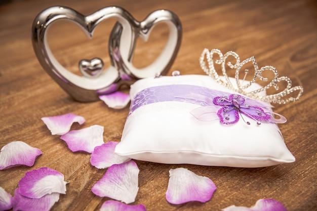 Jovem mulher embala presentes na ocasião da ocasião como aniversário, dia dos namorados, casamento, ano novo, dia do nome, dia dos pais, dia das mães