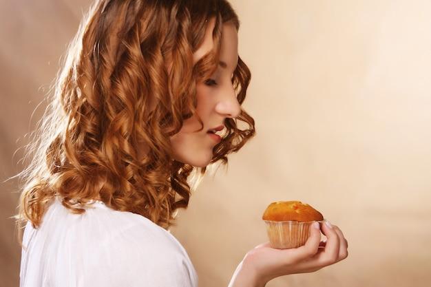Jovem mulher encaracolada com um bolo
