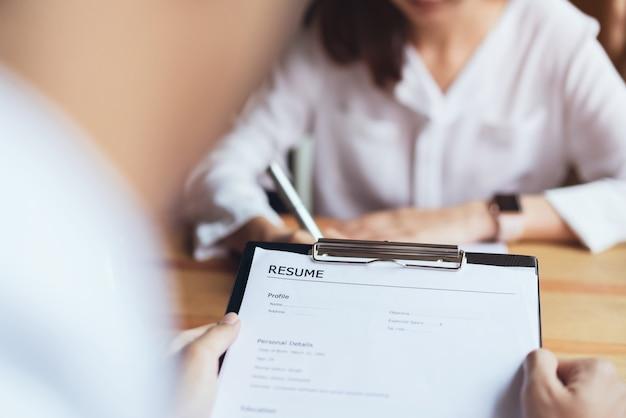 Jovem mulher enviar currículo empregador para analisar a candidatura a emprego. conceito apresenta habilidade.