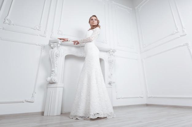 Jovem mulher escolhendo um vestido de noiva em uma boutique de moda. foto com espaço de cópia