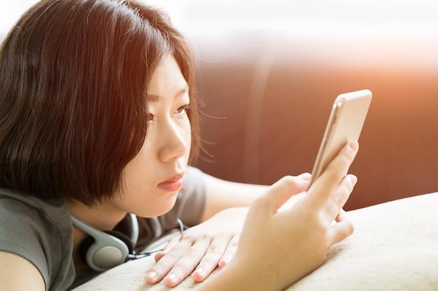Jovem, mulher, escutar música, de, telefone móvel