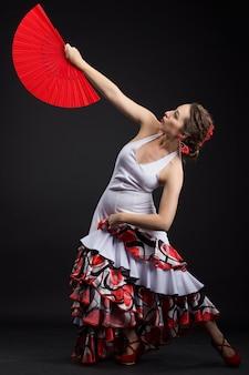 Jovem mulher espanhola dançando flamenco