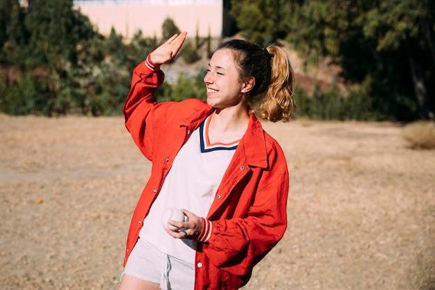 Jovem mulher esportiva saudação amigo no sportsground
