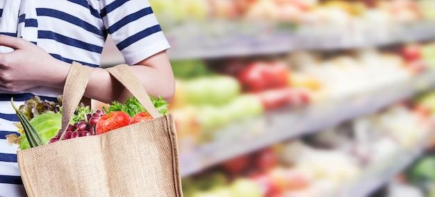 Jovem mulher está comprando no supermercado
