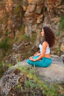 Jovem mulher está praticando ioga