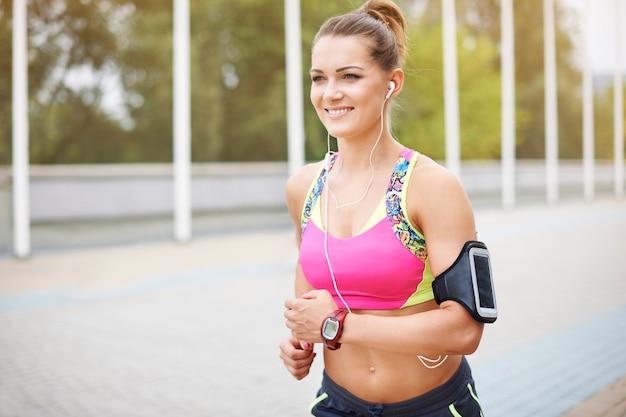 Jovem mulher exercitando ao ar livre. é bom encontrar sua verdadeira paixão