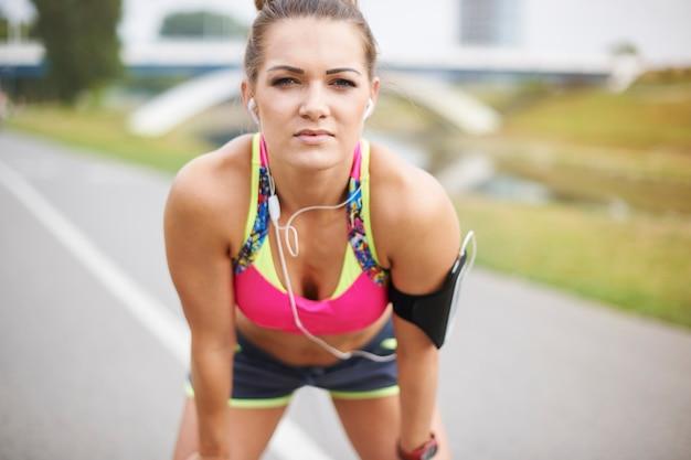 Jovem mulher exercitando ao ar livre. foco e determinação são a chave para o sucesso