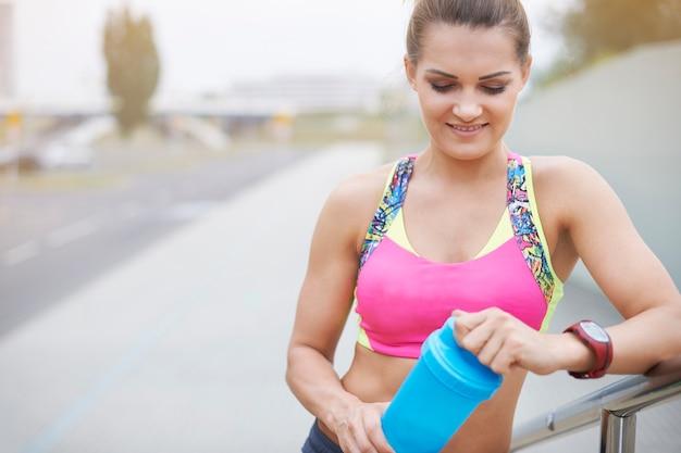 Jovem mulher exercitando ao ar livre. mulher atraente que é boa corredora