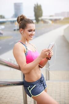 Jovem mulher exercitando ao ar livre. mulher se preparando para o treinamento diário