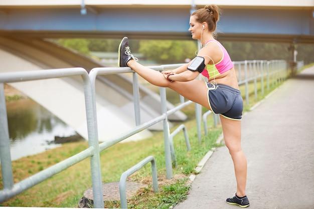 Jovem mulher exercitando fora. o começo não é fácil, mas depois é melhor