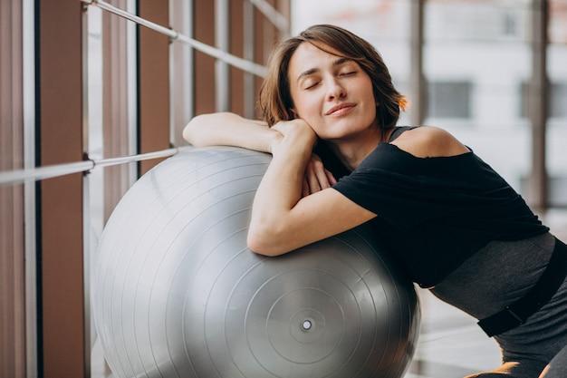Jovem mulher exercitando na academia