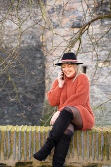 Jovem mulher falando ao telefone com amigos em toda a europa com roaming