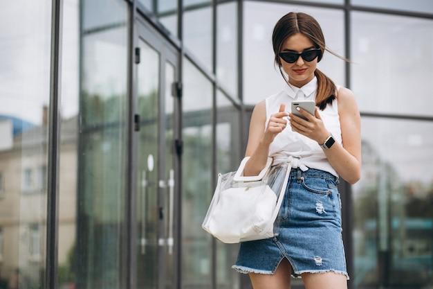 Jovem mulher falando ao telefone no centro da cidade