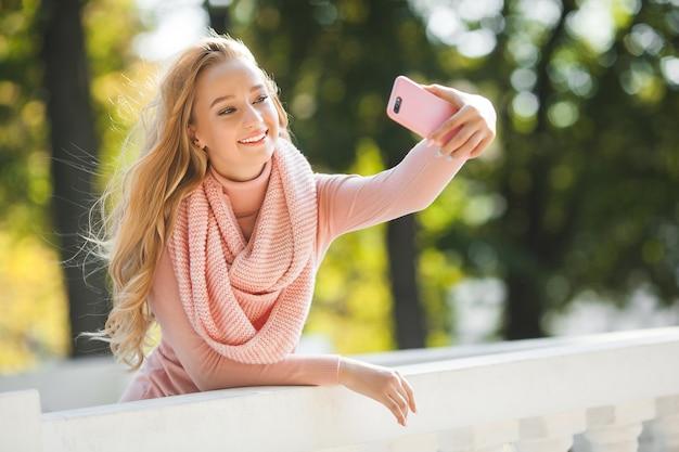 Jovem mulher falando no celular. senhora bonita fazendo selfie