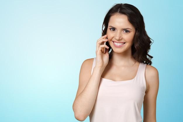 Jovem mulher falando no celular