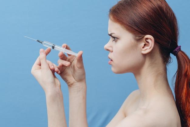 Jovem mulher faz injeções no rosto, injeções de beleza, procedimentos de beleza