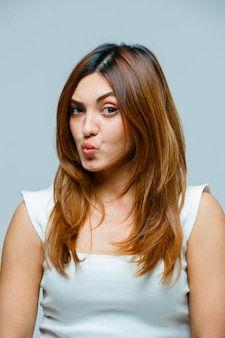 Jovem mulher fazendo beicinho