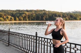 Jovem mulher fazendo esporte no parque