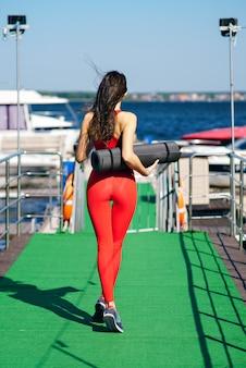 Jovem mulher fazendo esportes na doca