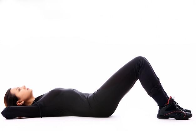 Jovem mulher fazendo exercícios de fitness