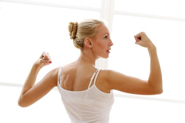 Jovem mulher fazendo exercícios exircises