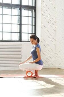 Jovem mulher fazendo exercícios