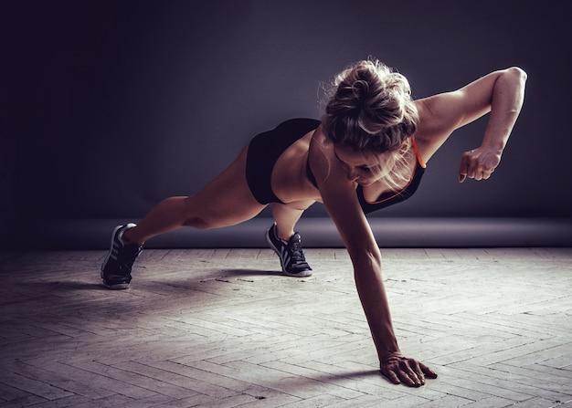 Jovem mulher fazendo flexões