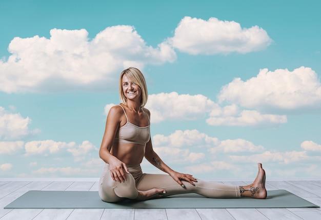 Jovem mulher fazendo ioga na natureza. felicidade da mulher, saúde e tranquilidade.