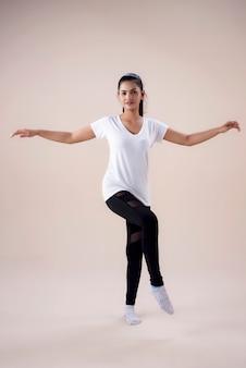 Jovem mulher fazendo treino de dança