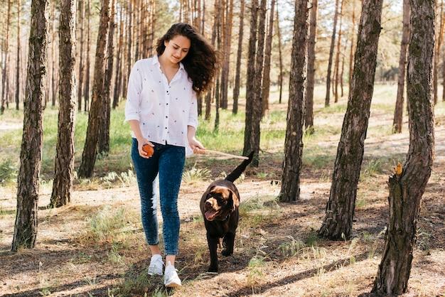 Jovem mulher fazendo um piquenique com seu cachorro