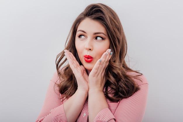 Jovem mulher fazendo uma cara de surpresa