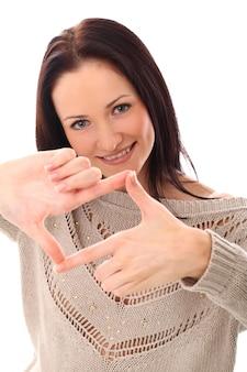 Jovem mulher fazendo uma moldura com os dedos