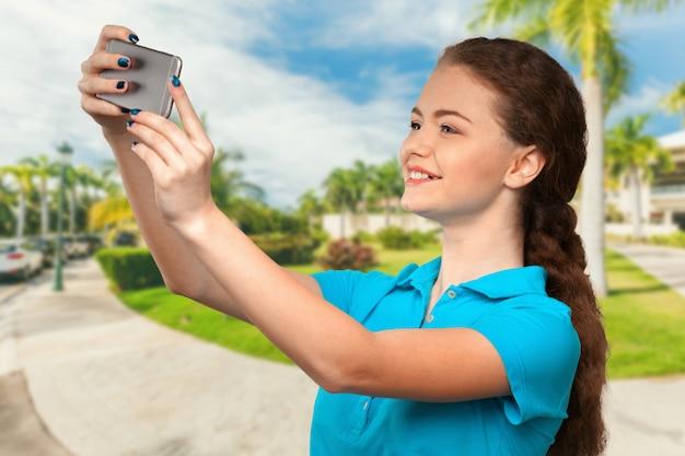 Jovem mulher fazendo uma selfie