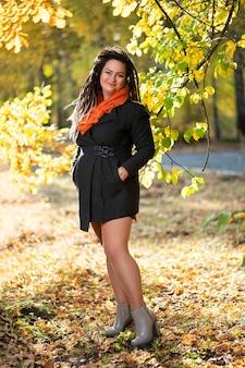 Jovem mulher feliz com dreadlocks ao ar livre no outono, conceito de cultura jovem Foto Premium