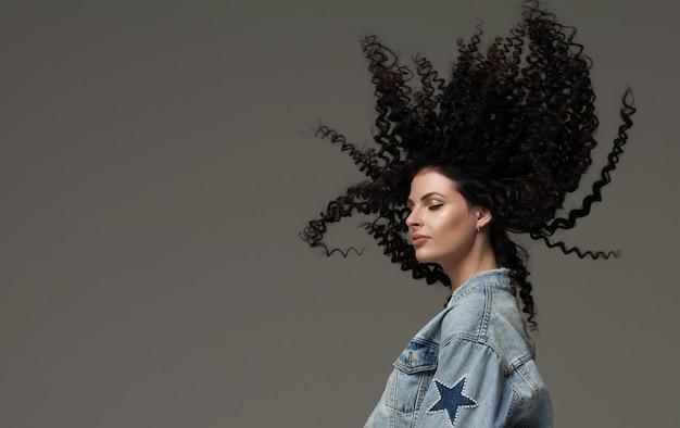 Jovem mulher feliz com o vento no cabelo. foto de estúdio.