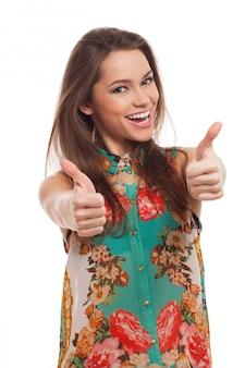 Jovem mulher feliz com polegares para cima