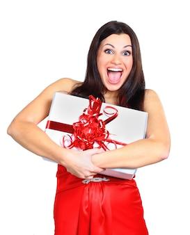 Jovem mulher feliz com um presente